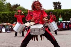 Un mélange de percussions, chant, danse et théâtre de rue