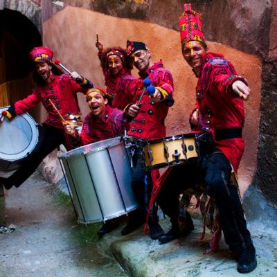 la-timba-del-mundo-batucada-spectacle-les-guerriers-tambourinaires-deambulation-percussion-01